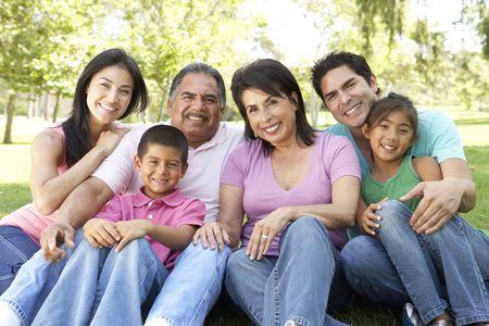 hispanic boy: Retrato de grupo de la familia de extendido en el Parque  Foto de archivo