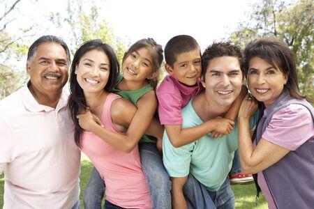 hispanic boy: Grupo de la familia de extendido en el Parque