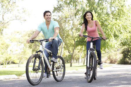 riding bike: Giovane coppia equitazione Bike Park Archivio Fotografico
