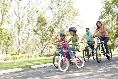 riding bike: Famiglia giovane Riding Bikes In Park