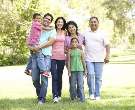 hispanic boy: Grupo de familia extendida, senderismo en el Parque Foto de archivo
