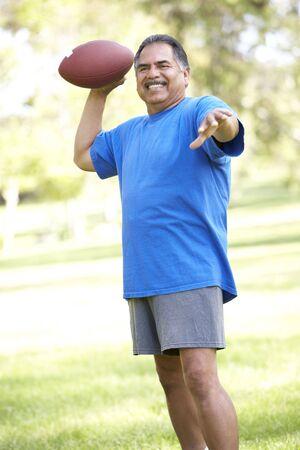 Wyżsi Man wykonujących W Futbol amerykański W Park
