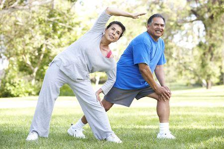 hombres haciendo ejercicio: Pareja superior ejercen en el Parque