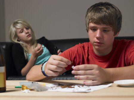 Teenage para podejmowanie narkotyków w domu