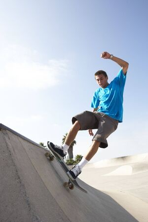 Tiener jongen in skateboard park