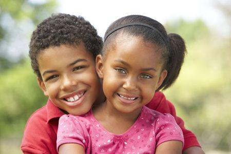 Portret van broeder en zuster In Park