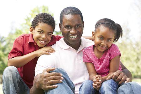 familia de cinco: Padre con los ni�os en el Parque