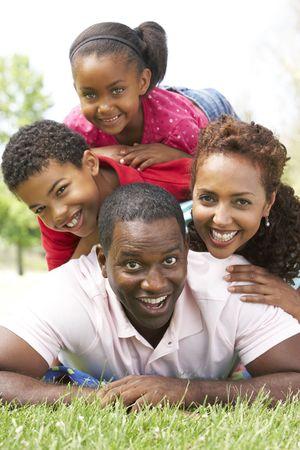 familia de cinco: Familia disfrutando de d�a en el Parque