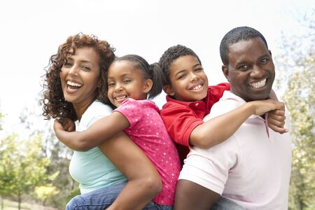 familias felices: Retrato de familia feliz en el Parque  Foto de archivo