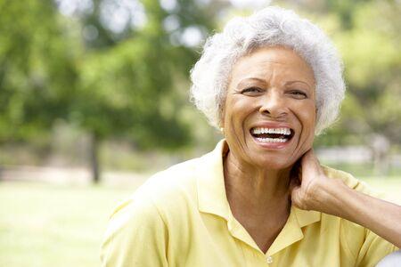 1 senior: Retrato de sonriente mujer Senior al aire libre Foto de archivo