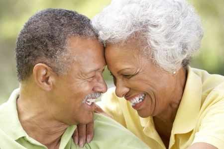mujeres mayores: Retrato de pareja Senior en el Parque