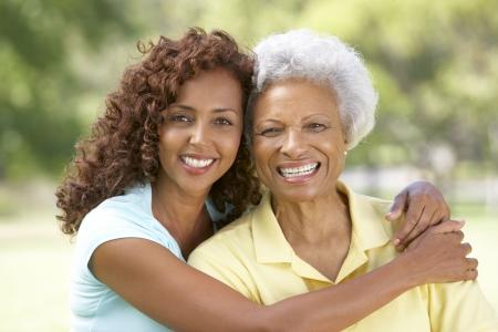 mother daughter: Mujer senior con la hija de adulta en el Parque  Foto de archivo