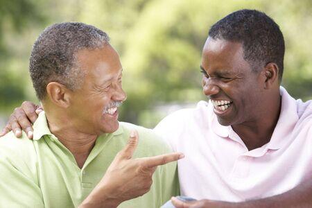 two people talking: Padre con el hijo adulto en el Parque