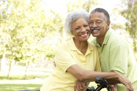 pareja saludable: Senior bicicletas de h�pica de pareja en el Parque  Foto de archivo