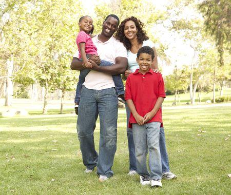 famille africaine: Famille b�n�ficiant de promenade dans le parc Banque d'images