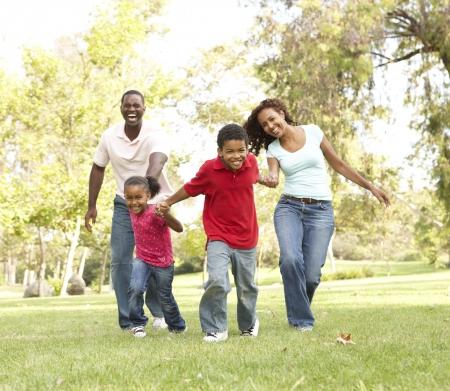 famille africaine: Famille b�n�ficiant de marche dans le parc