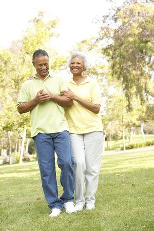 senioren wandelen: Senior Couple Walking In Park