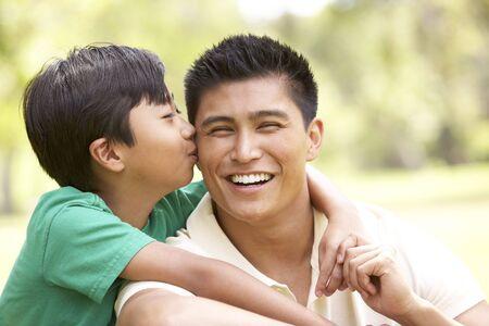 父亲和儿子在公园里