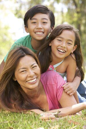 piramide humana: Madre y disfrutar el d�a en el Parque de la infancia
