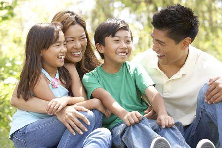 famiglia in giardino: Famiglia godendo Day In Park