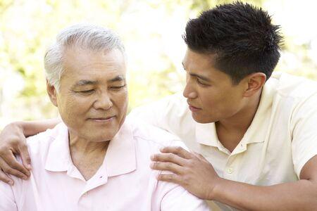 padre e hijo: Padre con el hijo adulto en el Parque