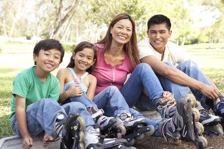 rollerblading: Familia cómo en línea Skates en Parque