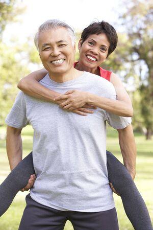 mujeres ancianas: Senior pareja working out en el Parque