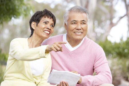 mapa china: Retrato de pareja Senior Looking At mapa
