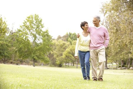 ancianos caminando: Pareja Senior Park de senderismo