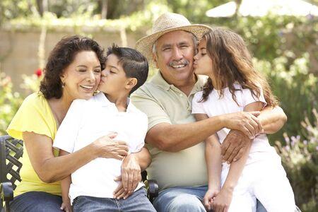 hispanic boy: Retrato de abuelos con nietos en el Parque  Foto de archivo