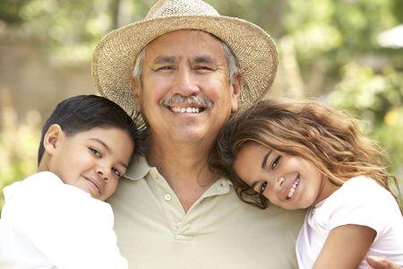 grandfather: Abuelo con nietos en el jard�n