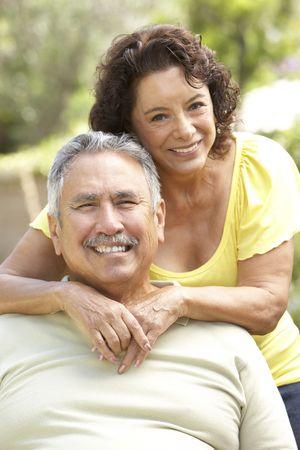 年配のカップル一緒に庭でリラックス