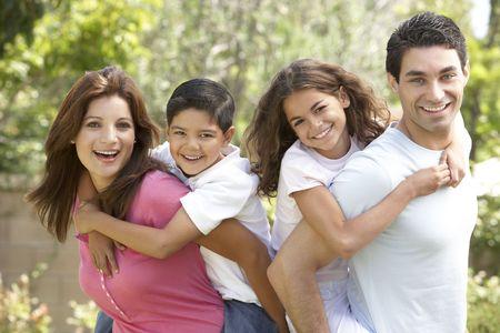 hispanic boy: Retrato de familia feliz en el Parque Foto de archivo