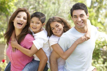 familia jugando: Retrato de familia feliz en el Parque  Foto de archivo