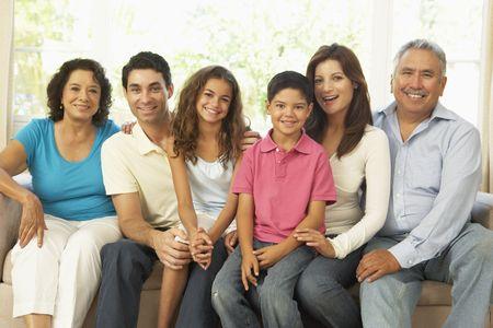 hispanic boy: Familia de Extended Relaxing en casa Together