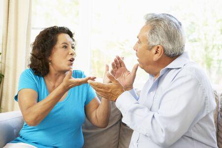 personas discutiendo: Senior pareja argumento a tener en el hogar  Foto de archivo