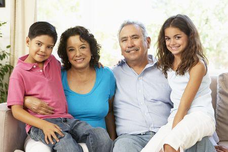 nios hispanos: Abuela de lectura con nietos a domicilio Together