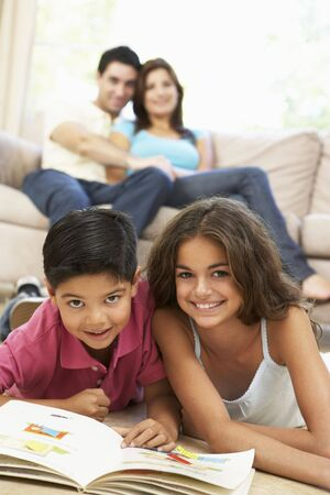 ni�os leyendo: Libro de lectura en el hogar de ni�os
