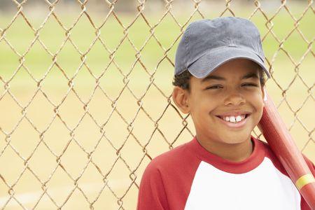 garcon africain: Jeune gar�on baseball de lecture