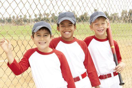 Jeunes garçons en équipe de baseball