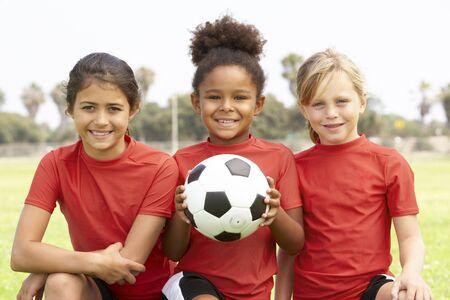 futbol infantil: Niñas jóvenes en la selección de fútbol  Foto de archivo