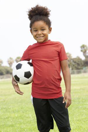 futbol infantil: Ni�a en el equipo de f�tbol Foto de archivo