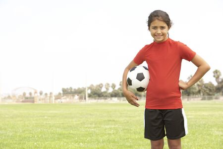 futbol infantil: Chica joven en el equipo de f�tbol  Foto de archivo
