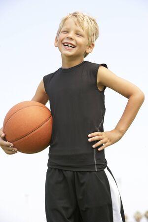 futbol infantil: Ni�o jugando f�tbol americano