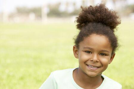 ni�os riendose: Retrato de joven Girl sentado en el Parque  Foto de archivo