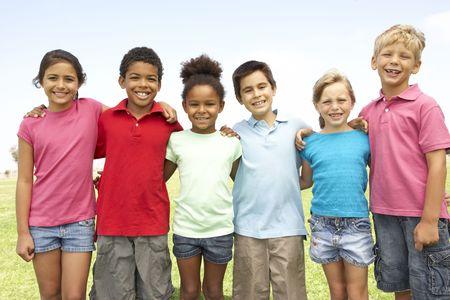 Grupa Of Children odtwarzane W Park Zdjęcie Seryjne