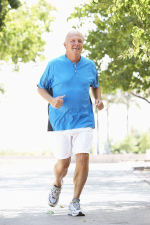 ジョグ: 年配の男性人公園でジョギング