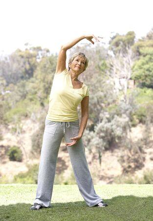 1 senior: Mujer Senior ejerciendo en el Parque