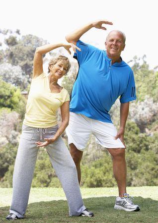 anciano feliz: Senior pareja ejerciendo en el Parque