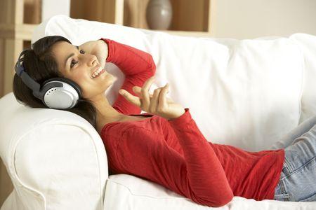 personas escuchando: Mujer joven Listening To Music  Foto de archivo